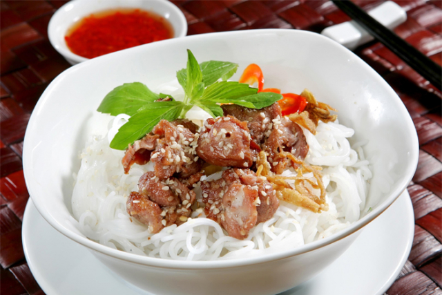 bun thit nuong noodles grilled pork 1 640x480 - HUE STREET FOOD TOUR