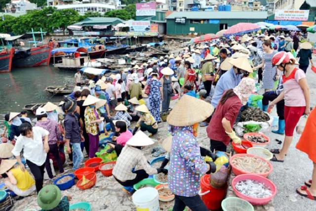 Ha Long Wharfs market 1 640x480 - HALONG BAY SHORE EXCURSIONS
